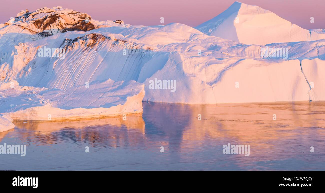 Le changement climatique et le réchauffement climatique - les icebergs de la fonte des glaciers dans la région de icefjord Ilulissat, Groenland. L'image aérienne d'arctic nature glace paysage. Unesco World Heritage Site. Banque D'Images