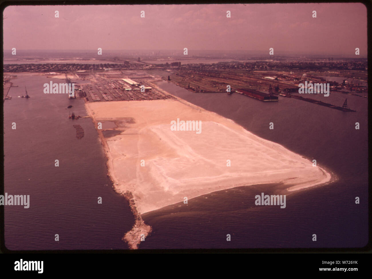 Exemple de site d'ENFOUISSEMENT À BAYONNE, NEW JERSEY, NEW YORK BAY DANS LA RÉGION MÉTROPOLITAINE. L'ENFOUISSEMENT ET L'INCINÉRATION SONT DES SOLUTIONS DE RECHANGE À L'immersion. Mais AJOUTE À LA POLLUTION DE L'INCINÉRATION ET D'ENFOUISSEMENT DOIT SE DOTER DE TERRE OUVERTE, CE QUI EST DIFFICILE À TROUVER, ET C'EST AUSSI UN DANGER POTENTIEL DE POLLUTION DES EAUX SOUTERRAINES À PROXIMITÉ DU LIEU D'IMMERSION. Les rejets en mer A TOUJOURS ÉTÉ LE PLUS POSSIBLE POUR L'ÉVACUATION DES DÉCHETS DANS LA RÉGION Banque D'Images