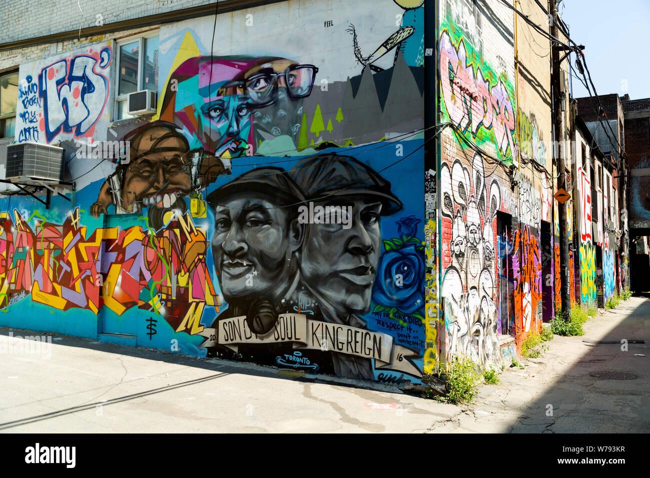 Street art Graffiti dans la ruelle, dans le quartier de la mode de Toronto, Ontario Canada Banque D'Images