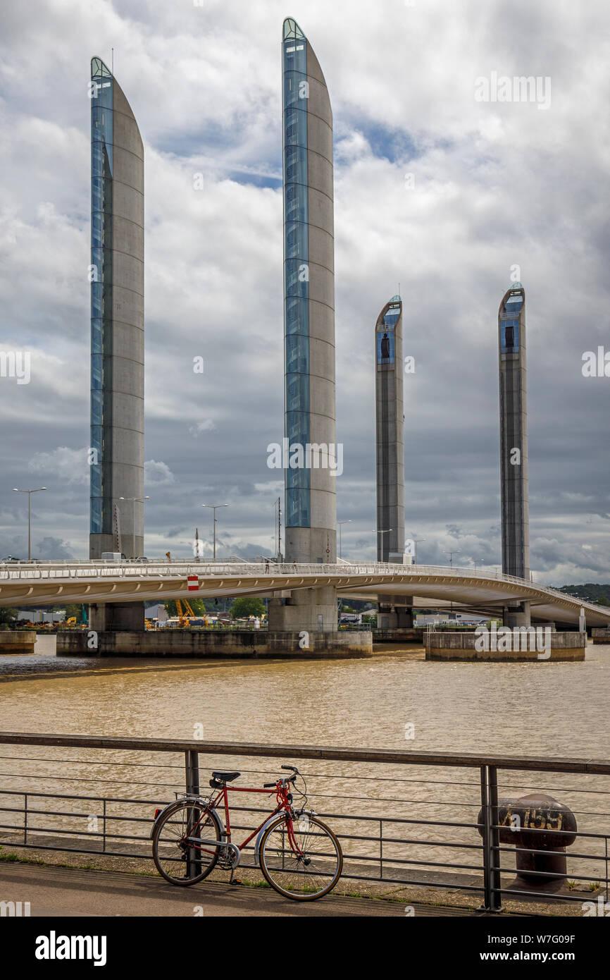 2013 Jacques Chaban-Delmas bridge, Pont Jacques Chaban-Delmas, sur la Garonne, Bordeaux, France. Le pont le plus long d'Europe. Banque D'Images