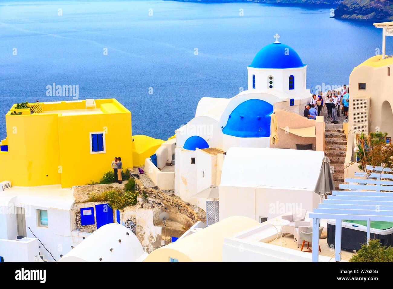 Oia, Santorin, Grèce - 25 Avril 2019: Célèbre ville, village vue panoramique avec blue dome église et maisons colorées Banque D'Images