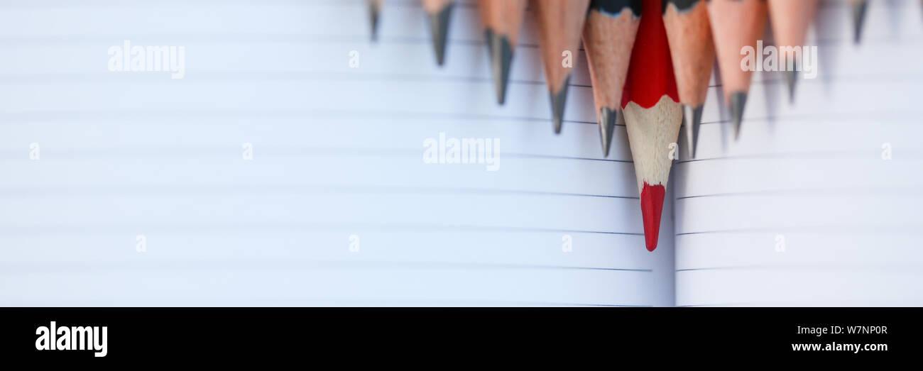 Crayon rouge debout à partir de la foule d'abondance Banque D'Images