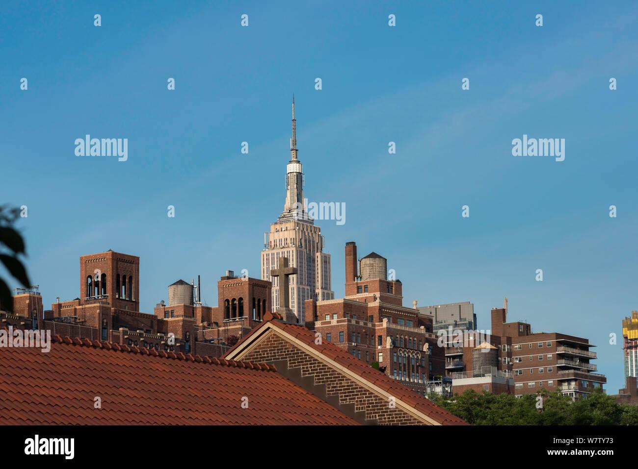 Le centre-ville de New York, vue sur les toits de Chelsea à Manhattan, avec l'Empire State building visible dans la distance, New York City, USA Banque D'Images