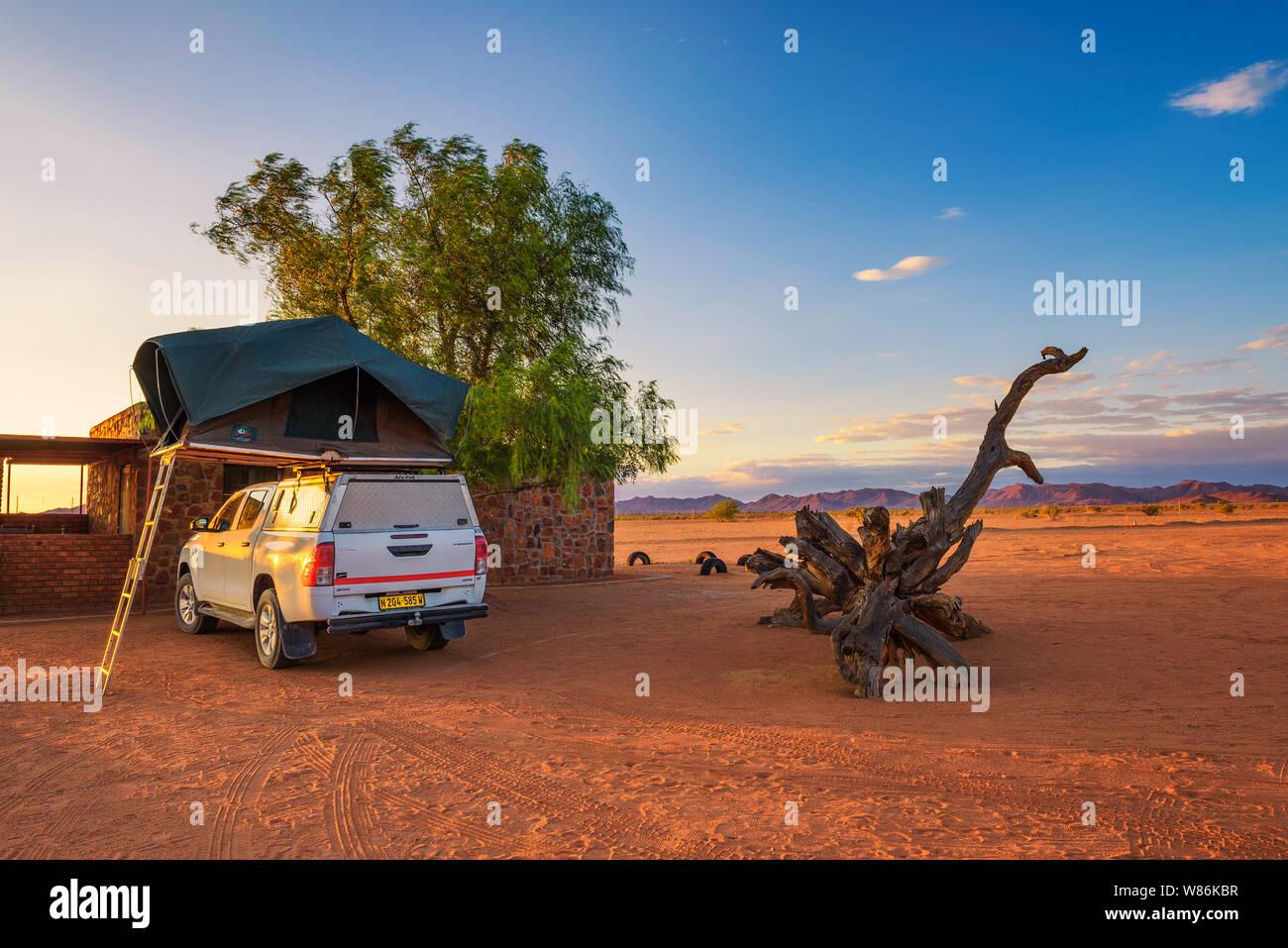 Tente située sur le toit d'une camionnette 4x4 dans un camp dans le désert, Namibie Banque D'Images
