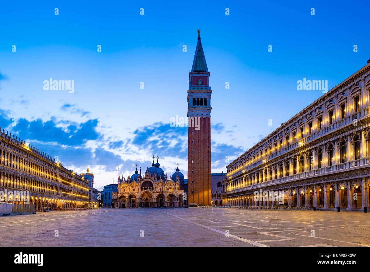 La Place Saint Marc le matin avec le clocher de Campanile et la Basilique St Marc, San Marco, Venise, Vénétie, Italie Banque D'Images