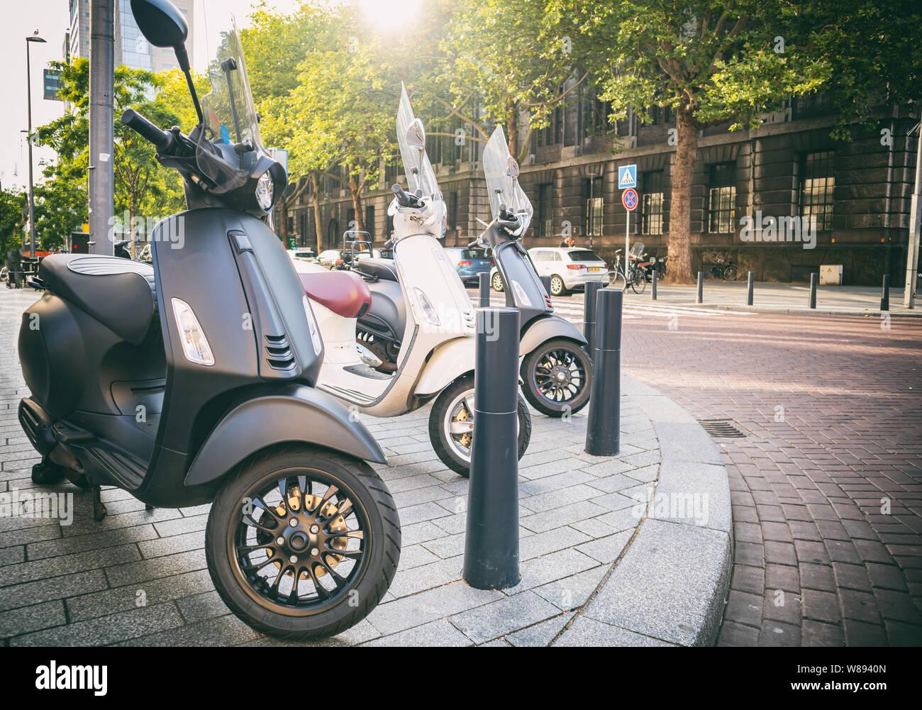 Vintage scooter moto italien. Transport Ville retro les véhicules garés sur le trottoir dans le centre-ville de Rotterdam Banque D'Images