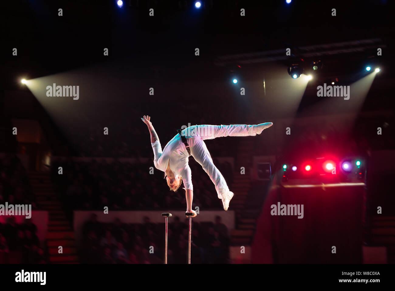 L'homme en acrobaties aériennes le cirque. Banque D'Images