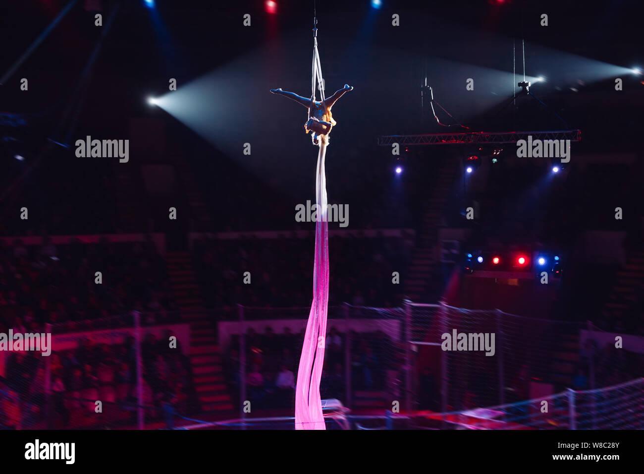 Girl's acrobaties aériennes dans le cirque. Banque D'Images
