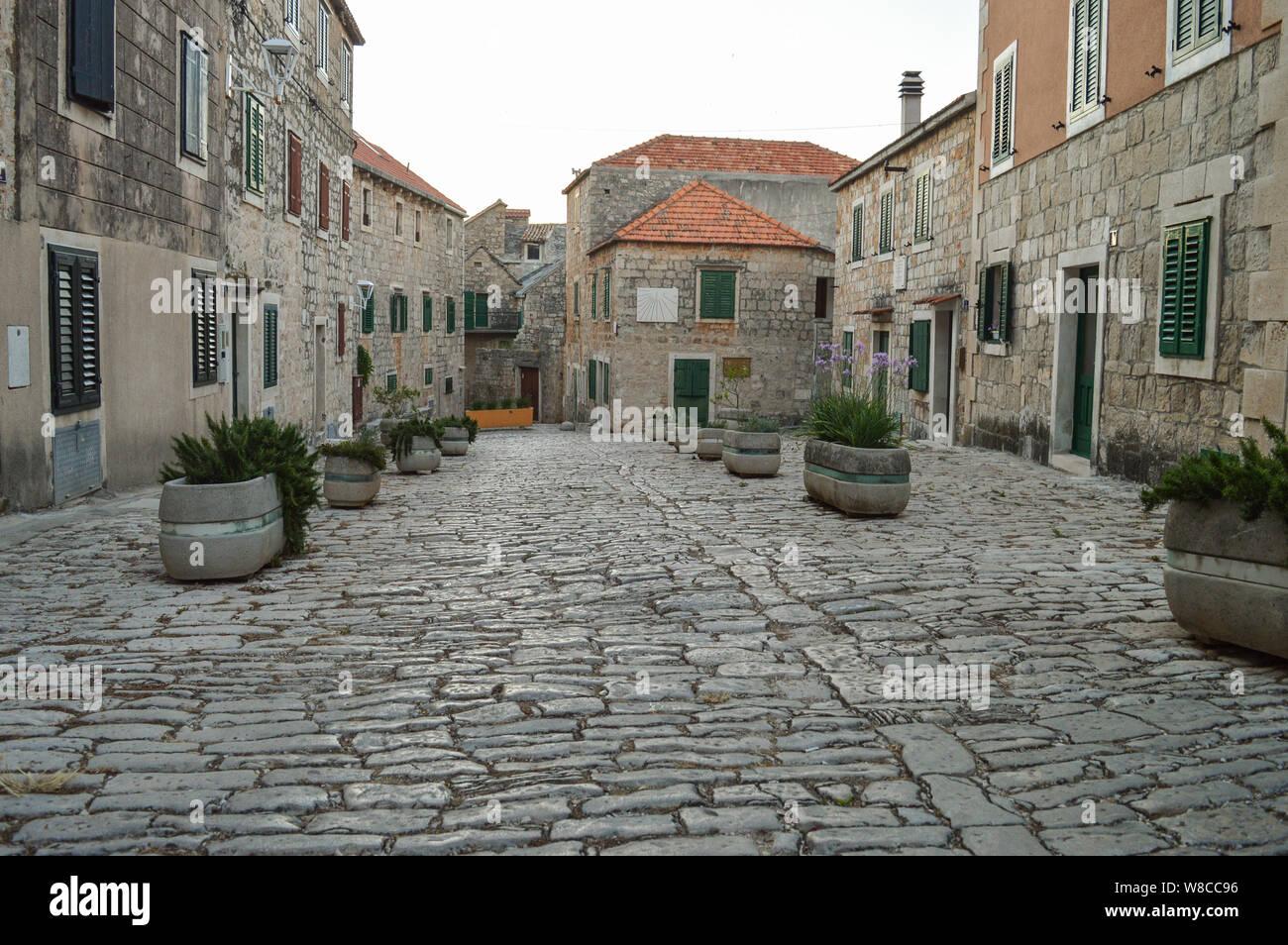 L'architecture typiquement dalmate en pierre, les rues de la ville Postira, Venise, Italie Banque D'Images