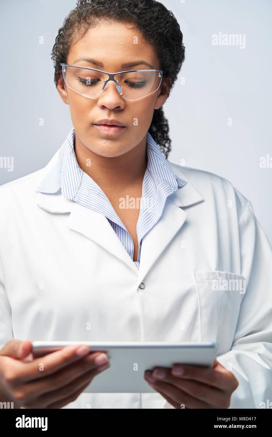 Portrait de femme technicienne de laboratoire travaillant avec Digital Tablet Banque D'Images