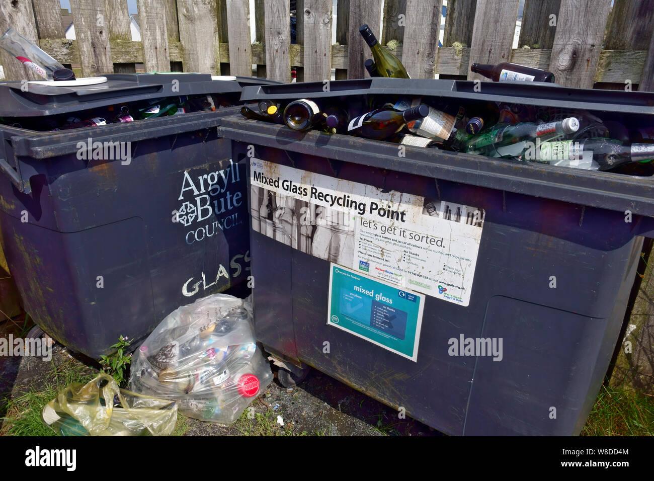 Bacs de recyclage complet Banque D'Images