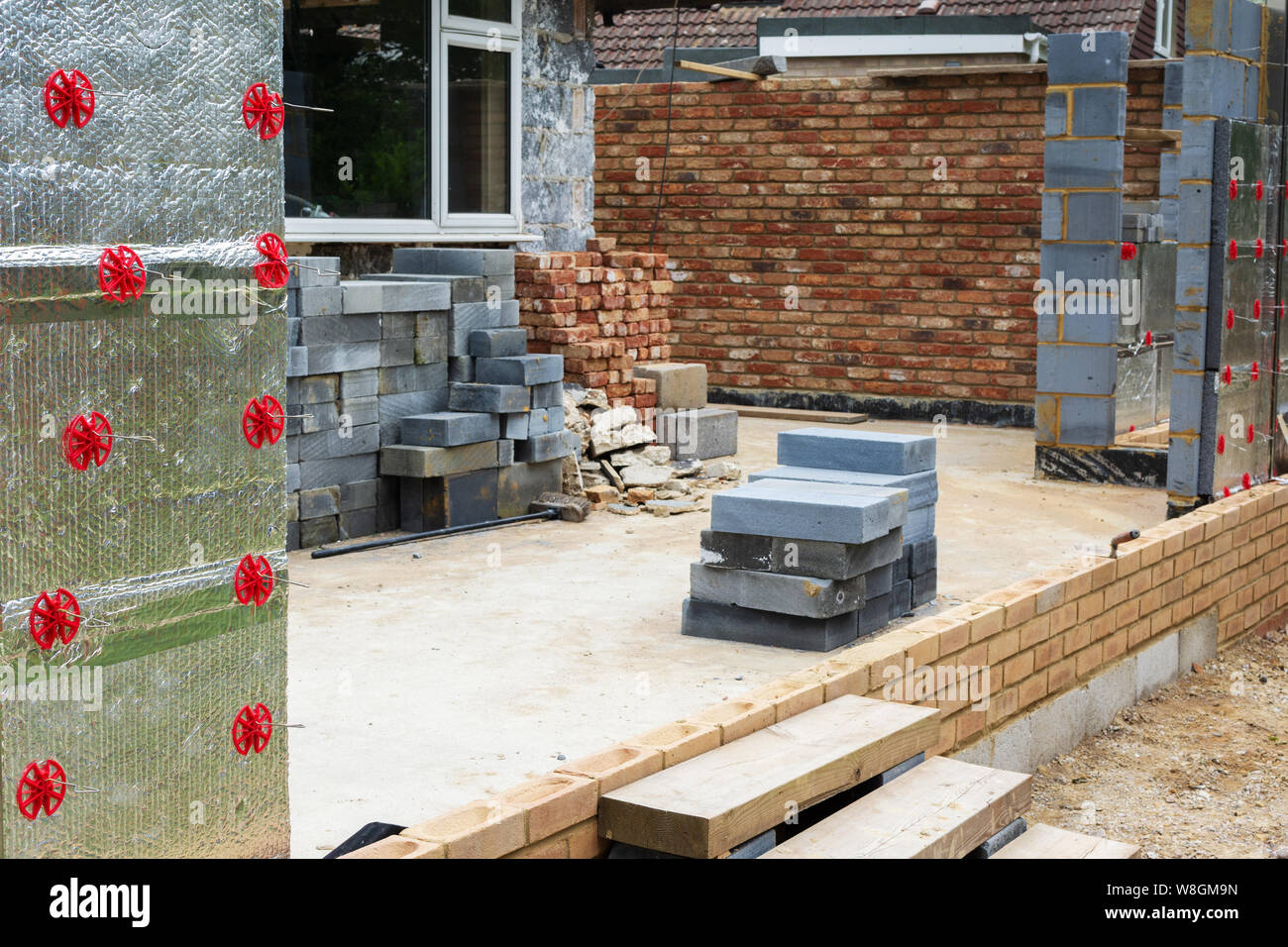 Les projets de rénovation. Construction d'extension de la maison existante, isolation des murs en brique, selective focus Banque D'Images