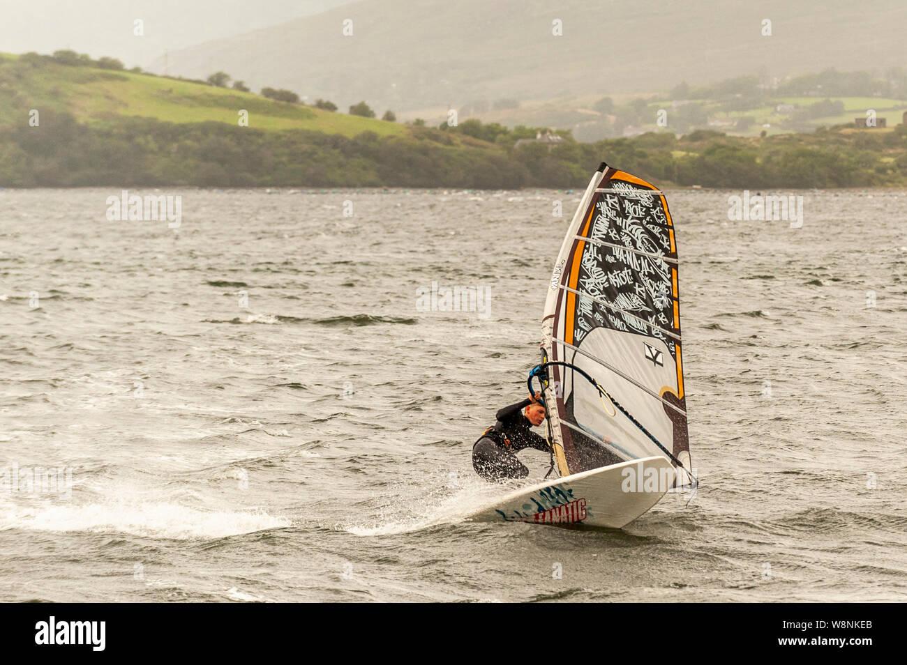 Bantry, West Cork, Irlande. 10 août, 2019. Au milieu des vents très élevés dans l'Ouest de Cork, aujourd'hui 19 ans, Rory Mac Allister de Adrigole, Bantry, a pris de l'eau pour un spot de planche à voile. Credit: Andy Gibson/Alamy Live News. Banque D'Images