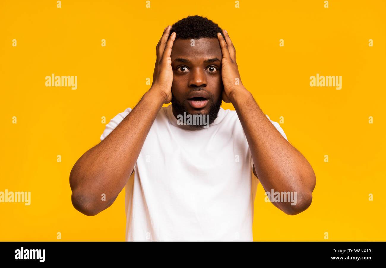 Choqué african american man les mains sur la tête Banque D'Images