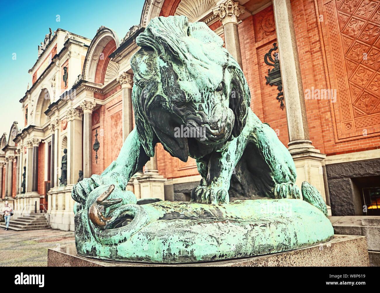 Statue en bronze d'un lion luttant contre un serpent (1832) en face de Ny Carlsberg Glyptotek à Copenhague, Danemark Banque D'Images