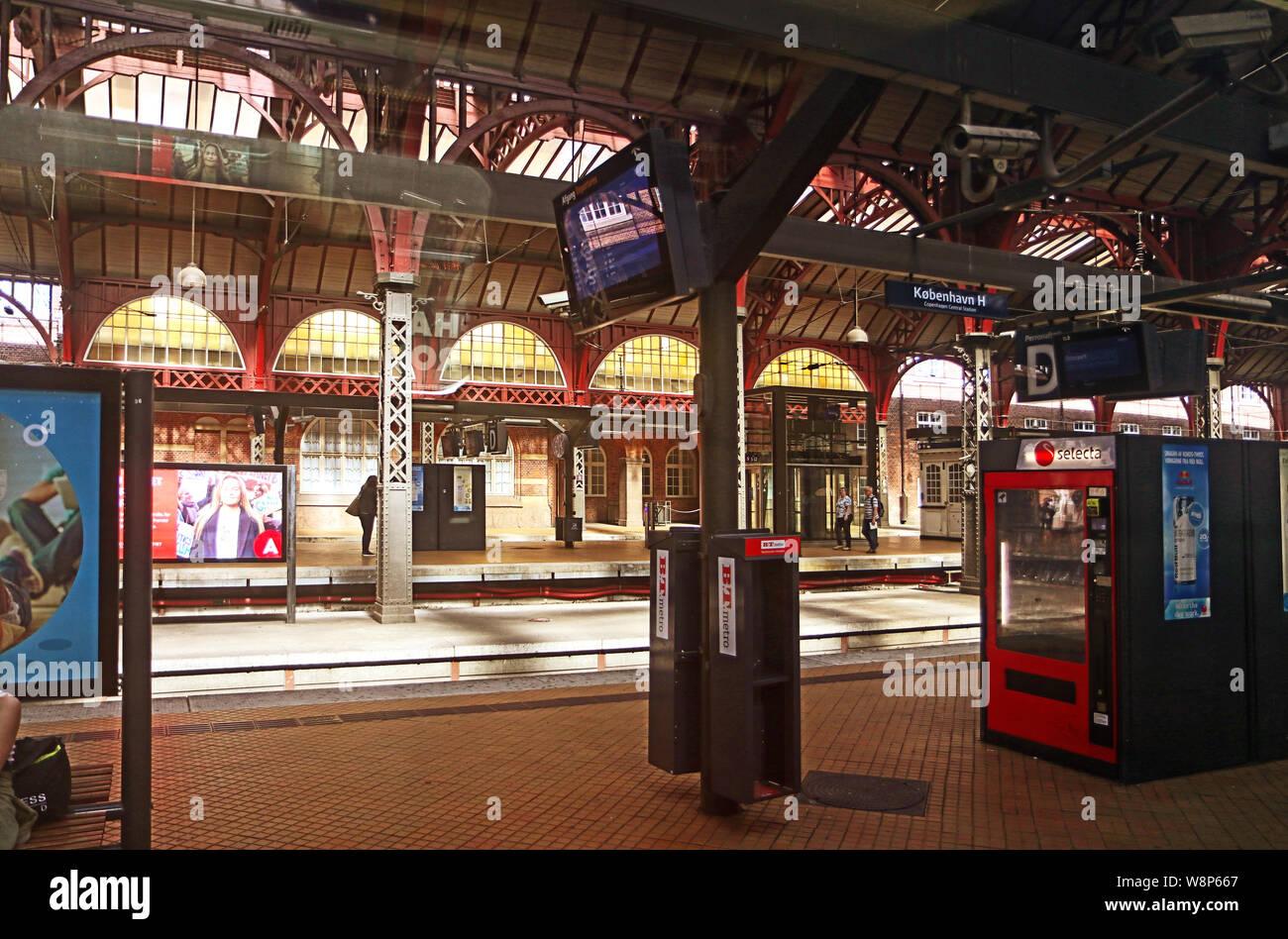 Copenhague, Danemark - 16 juin 2019 la gare centrale de Copenhague, les quais de gare couverts par le chemin de fer toit voûté typique construit en 1911 par Heinrich W Banque D'Images