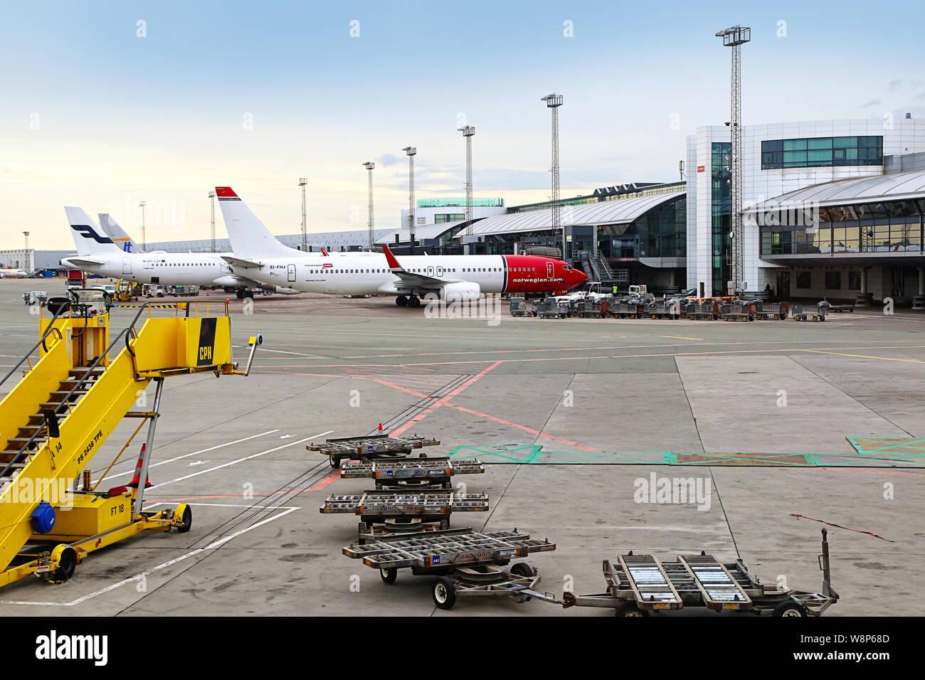 Copenhague, Danemark - 16 juin 2019 l'aéroport international de Copenhague: les avions connecté au départ des ponts de passagers prêt à Banque D'Images