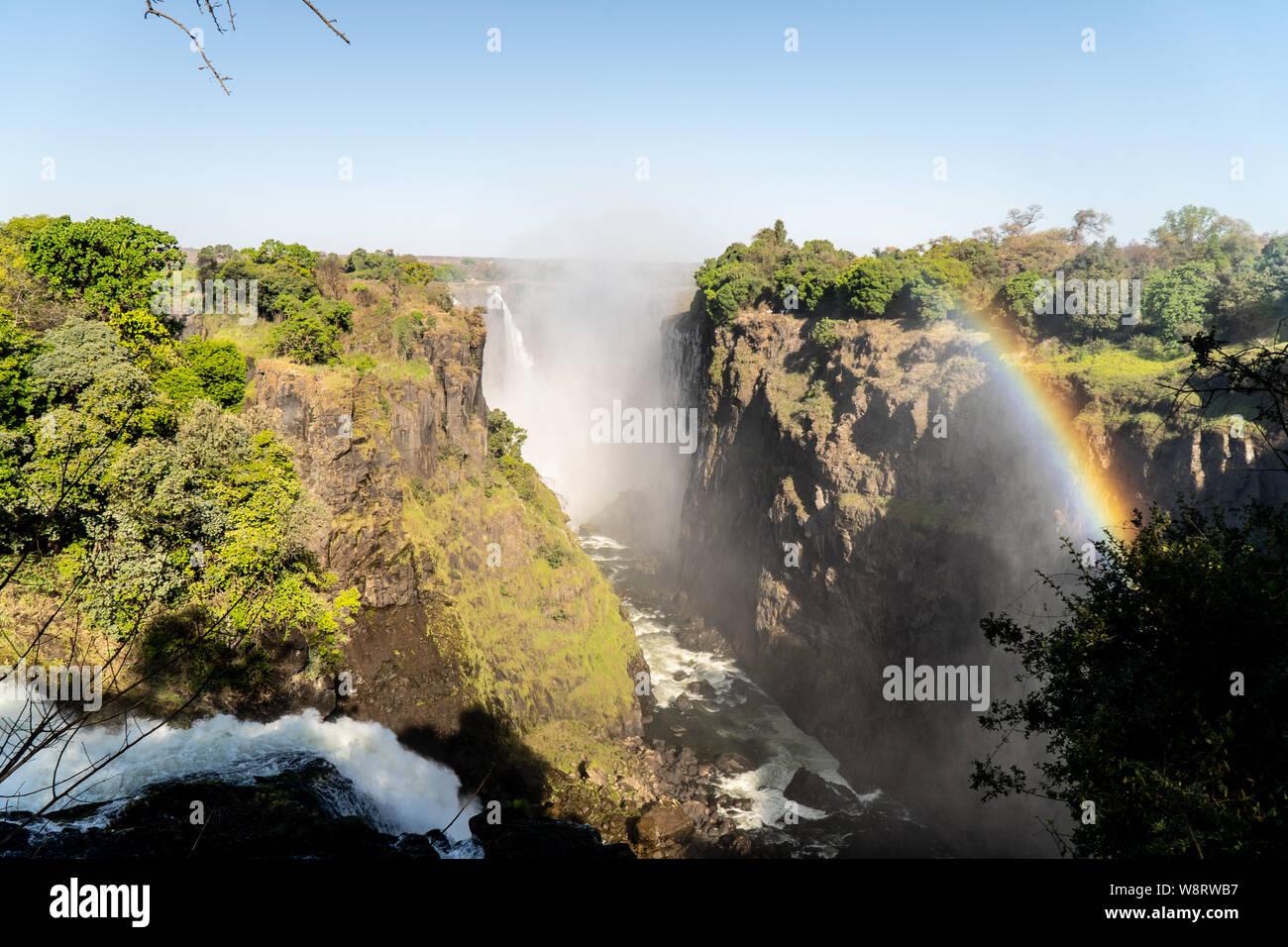 En arc-en-ciel le spray de Victoria Falls sur la frontière de la Zambie et du Zimbabwe, l'Afrique. Banque D'Images