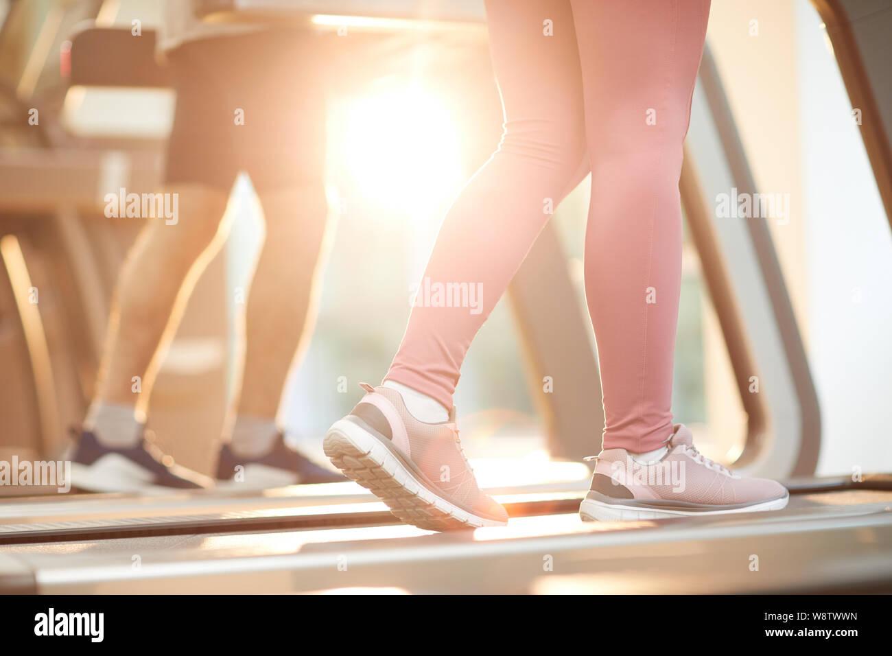 Arrière-plan de sports des gens courir sur des tapis roulants dans sport éclairée par la lumière du soleil, copy space Banque D'Images