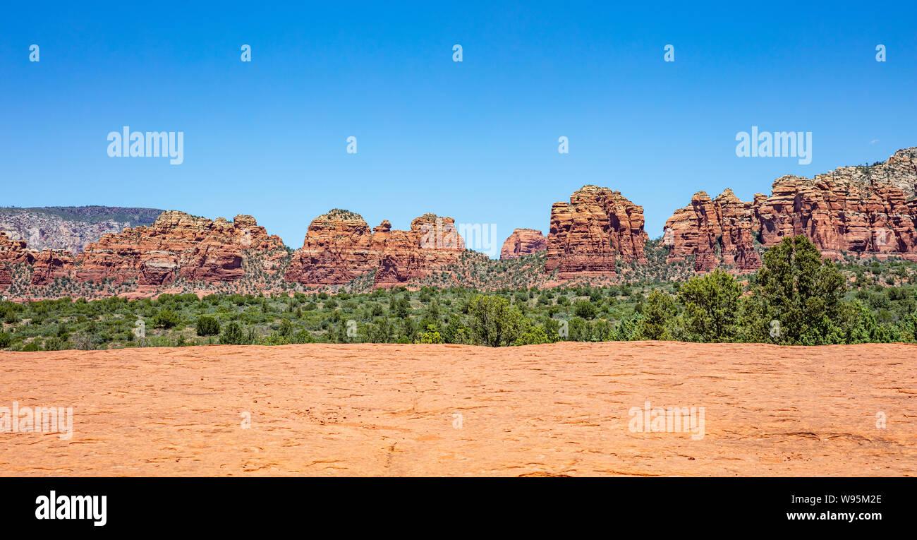 Arizona Sedona Sud-Ouest des États-Unis d'Amérique. Vue panoramique de couleur orange rouge, formations de roche de grès du désert paysage, ciel bleu clair, ensoleillé printemps d Banque D'Images
