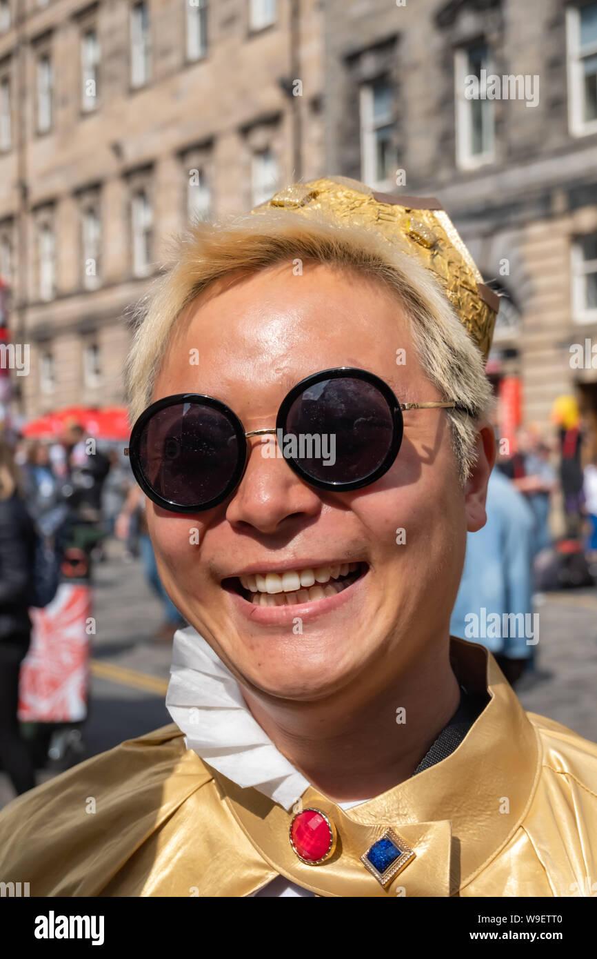 Edinburgh, Ecosse, Royaume-Uni. 13 août, 2019. Un interprète sur le Royal Mile, la promotion Happy Prince sur au lieu d'exposition 21 au cours de l'Edinburgh Fringe Festival. Dans la rue, un jeune garçon trouve une copie de l'histoire de l'Oscar Wilde Happy Prince et promet de se transformer en une hirondelle ainsi il peut apporter le même confort à ses voisins que le prince n'original. Mais qui va l'aider sur ses missions pour s'occuper de ceux autour de lui. Credit: Skully/Alamy Live News Banque D'Images