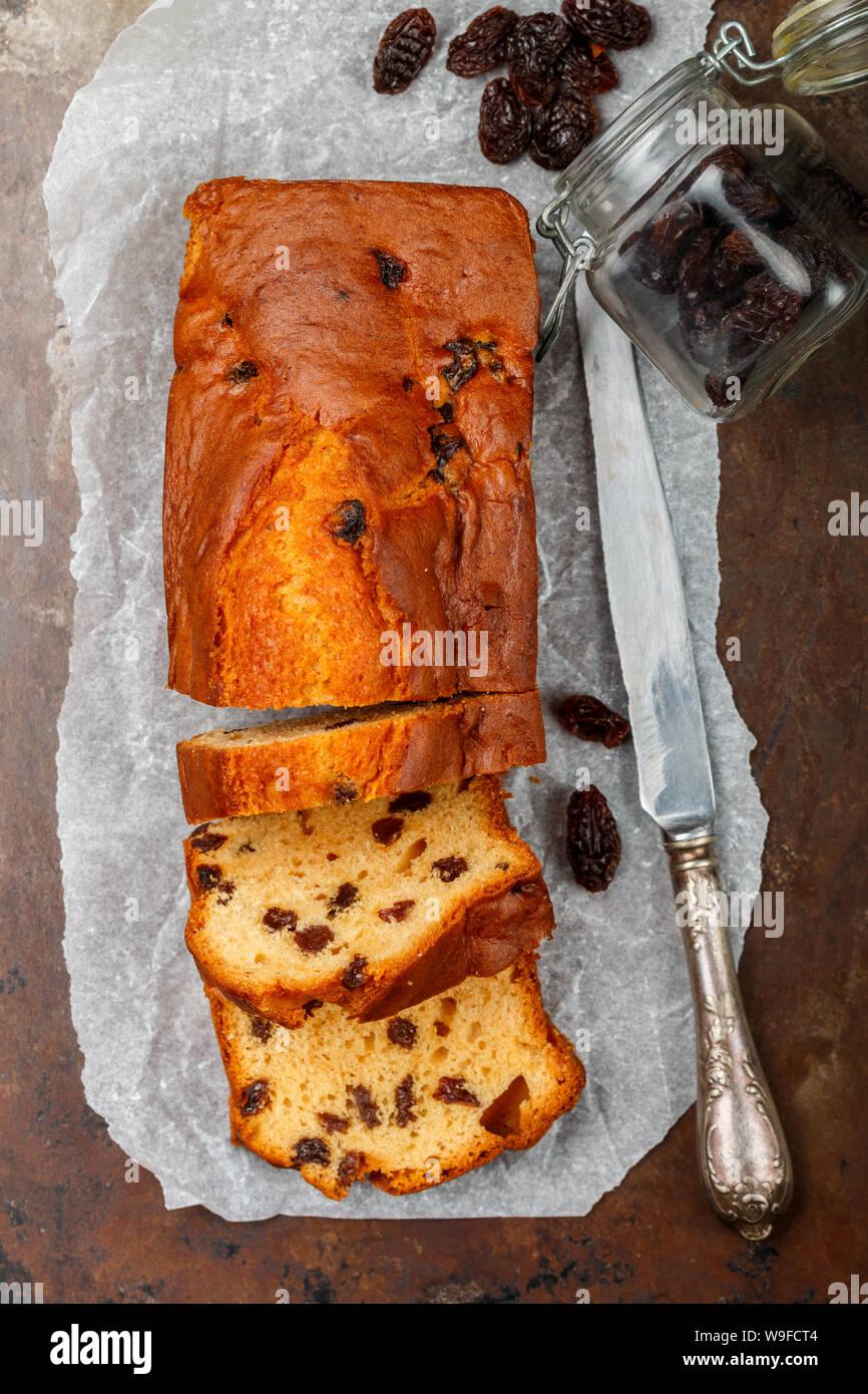 Gâteau fait maison du pain avec des raisins secs. Le traitement traditionnel pour le thé ou café. Délicieux petit-déjeuner. Gâteau quatre-quarts. Selective focus, vue du dessus Banque D'Images