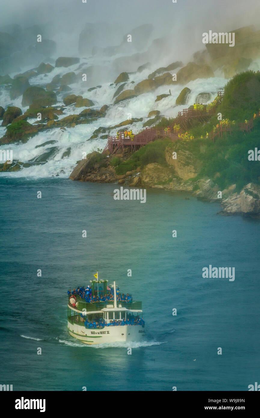 Maid of the Mist bateau transportant les touristes au pied de American Falls à Niagara Falls Banque D'Images