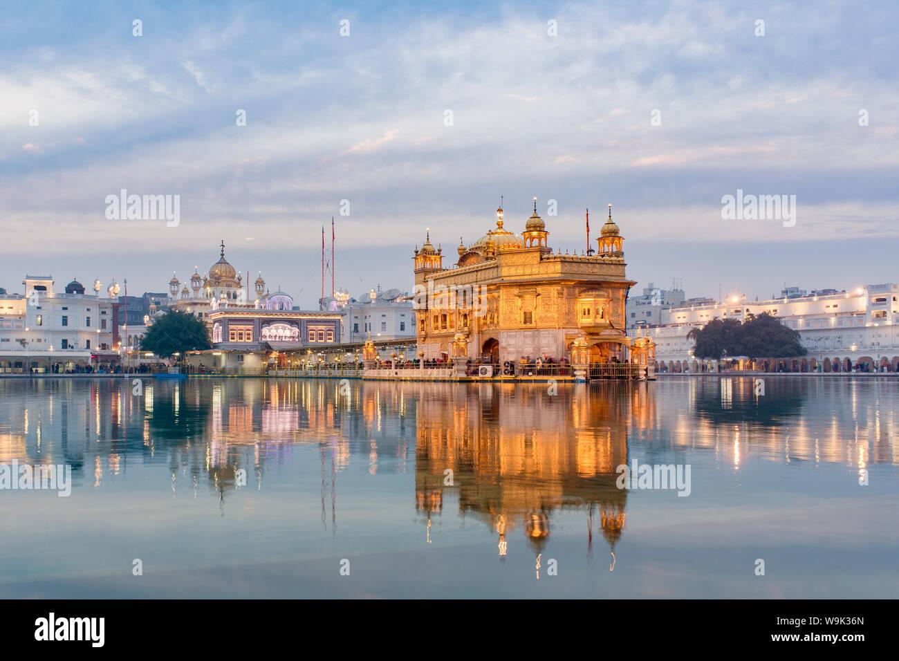 Le Temple d'Or (Harmandir Sahib) et Amrit Sarovar (bassin de nectar) (Lac de nectar), éclairé au crépuscule, Amritsar, Punjab, en Inde, en Asie Banque D'Images