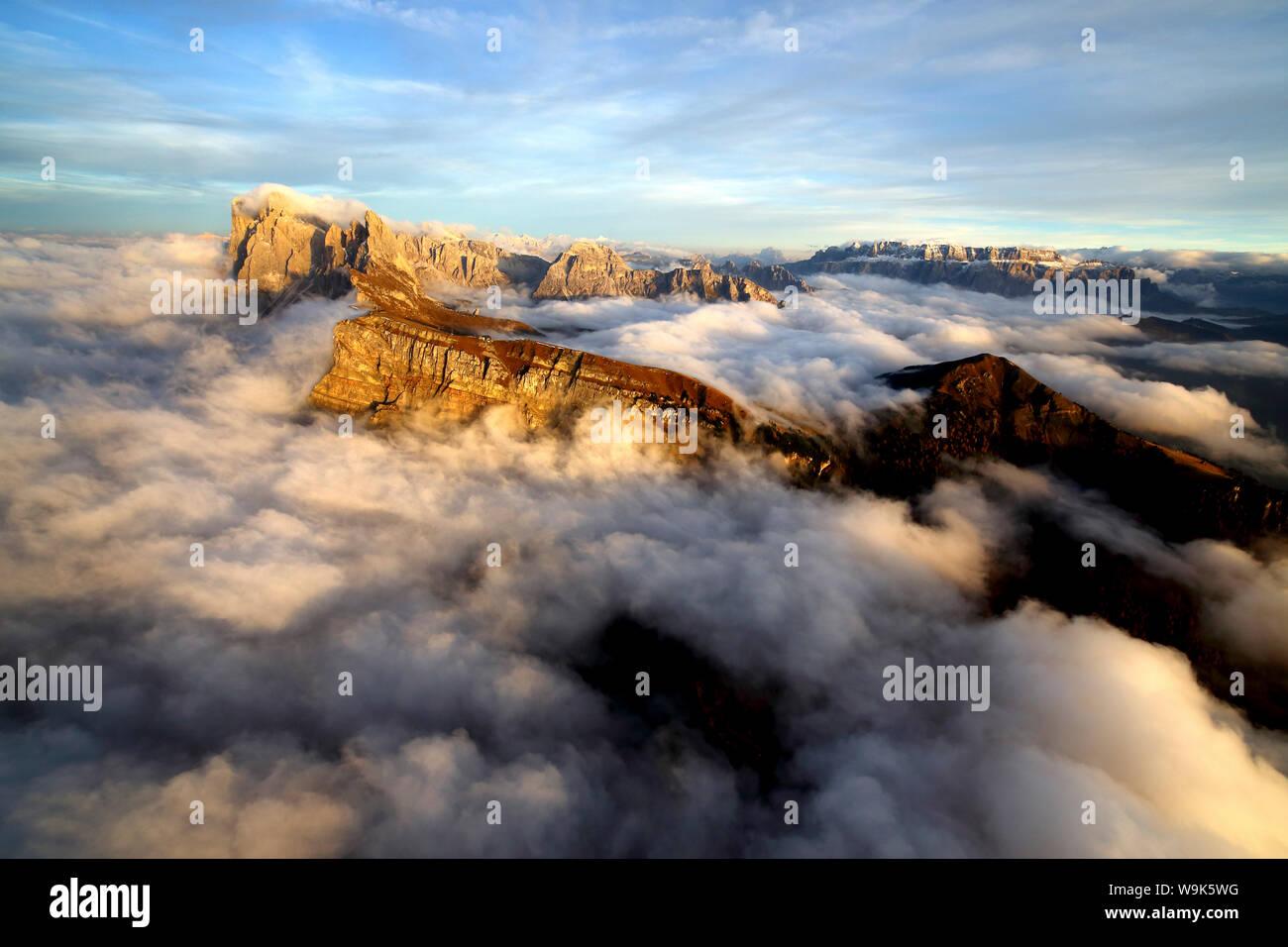 Vue aérienne de Seceda de Odle entouré par des nuages au coucher du soleil dans les Dolomites, Val Funes, Trentino-Alto Adige Tyrol du Sud, Italie, Europe Banque D'Images
