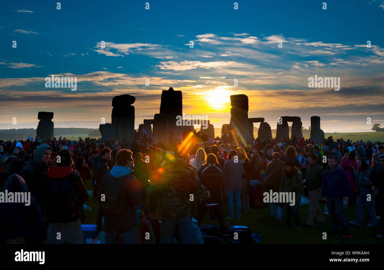 Lever du soleil au solstice d'été célébrations, Stonehenge, UNESCO World Heritage Site, Wiltshire, Angleterre, Royaume-Uni, Europe Banque D'Images