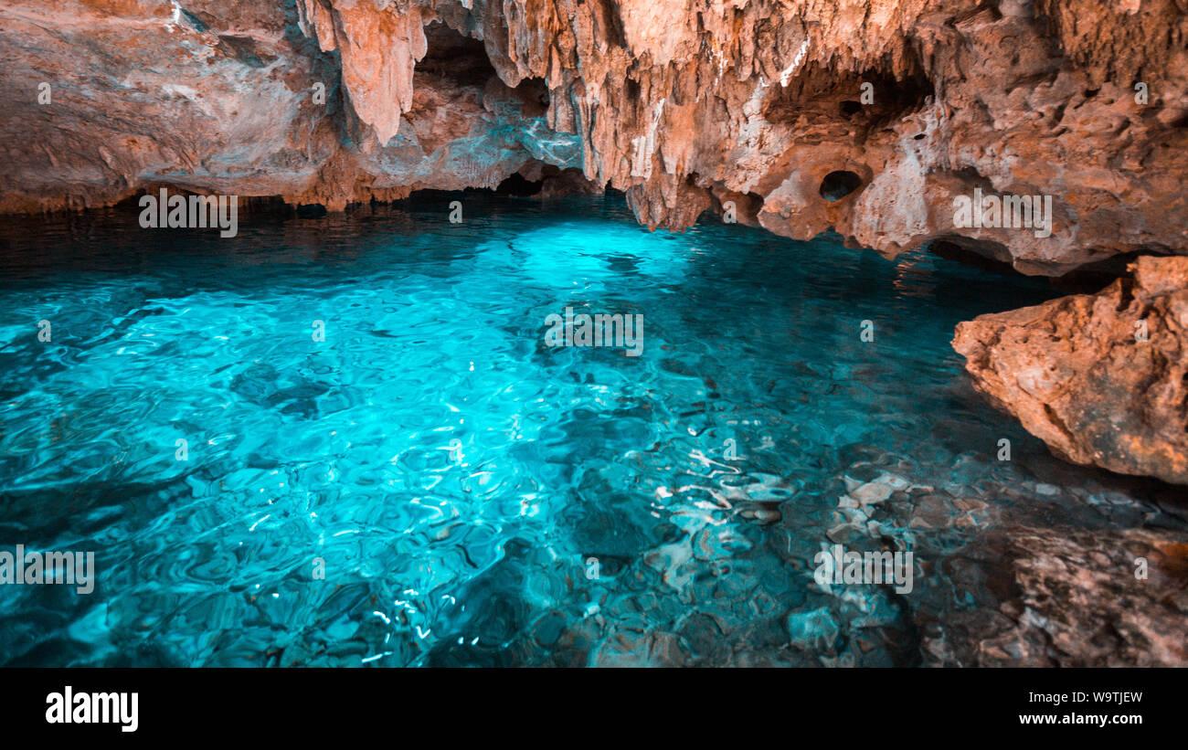 Les eaux cristallines de l'eau dans l'arc-en-ciel cenote et falaises orange à Playa del Carmen, Mexique. Banque D'Images