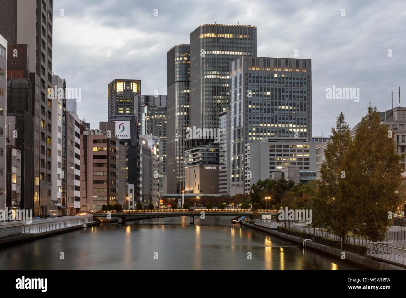 Les immeubles de grande hauteur donnant sur la rivière O à Osaka, Japon. Banque D'Images