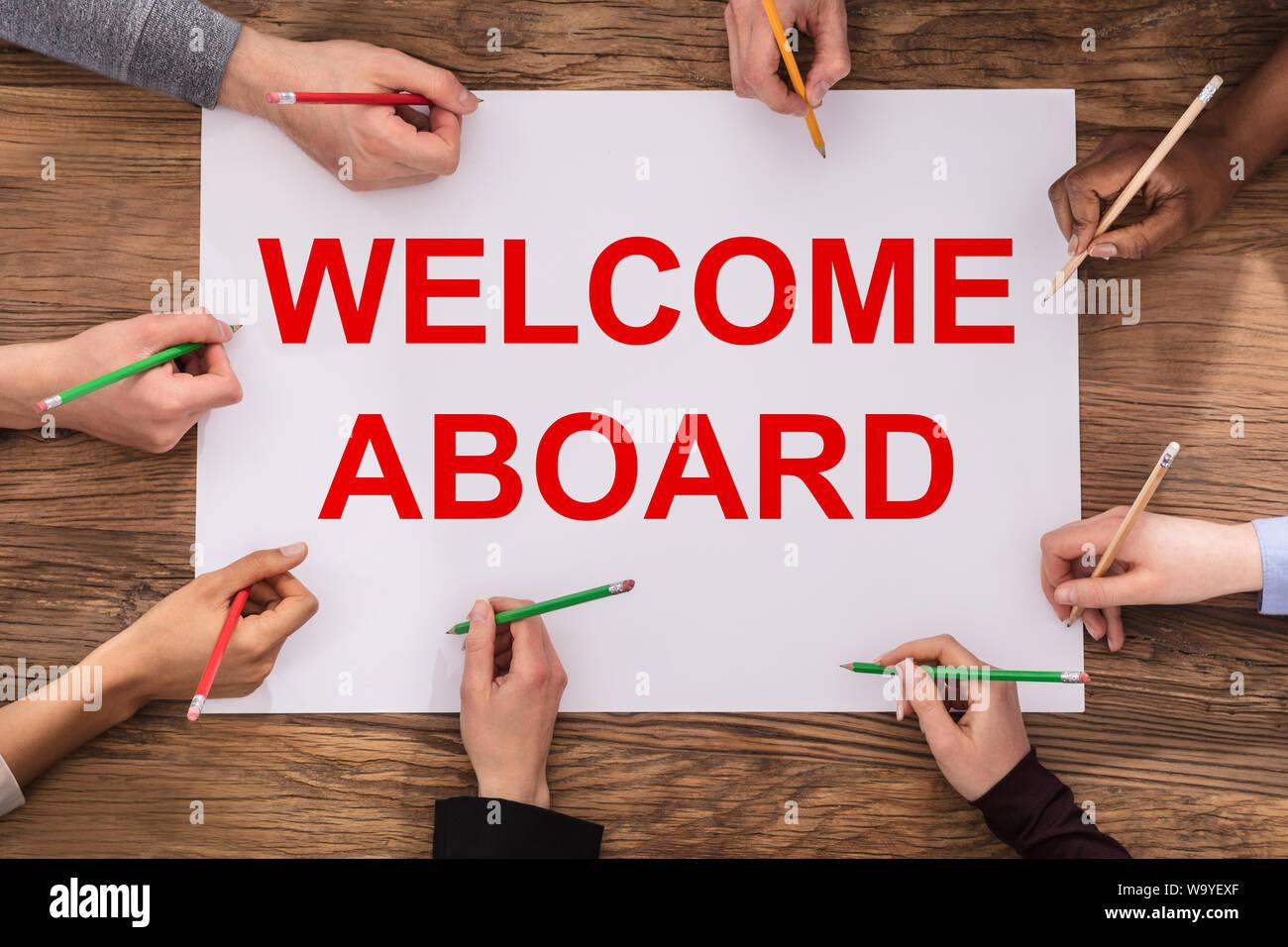 Un portrait d'Entrepreneurs mains écrit avec des crayons de couleur sur papier Bienvenue à Bord Banque D'Images