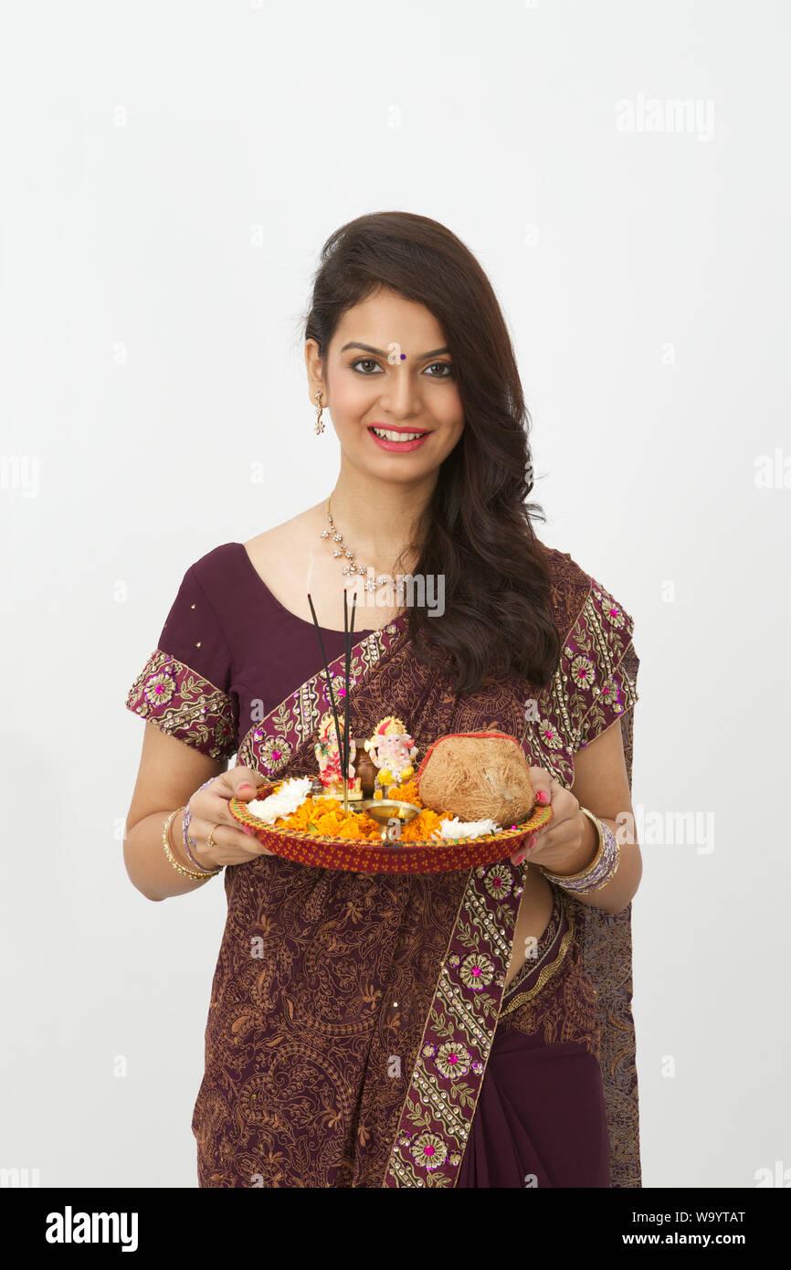 Woman holding pooja thali et souriant Banque D'Images