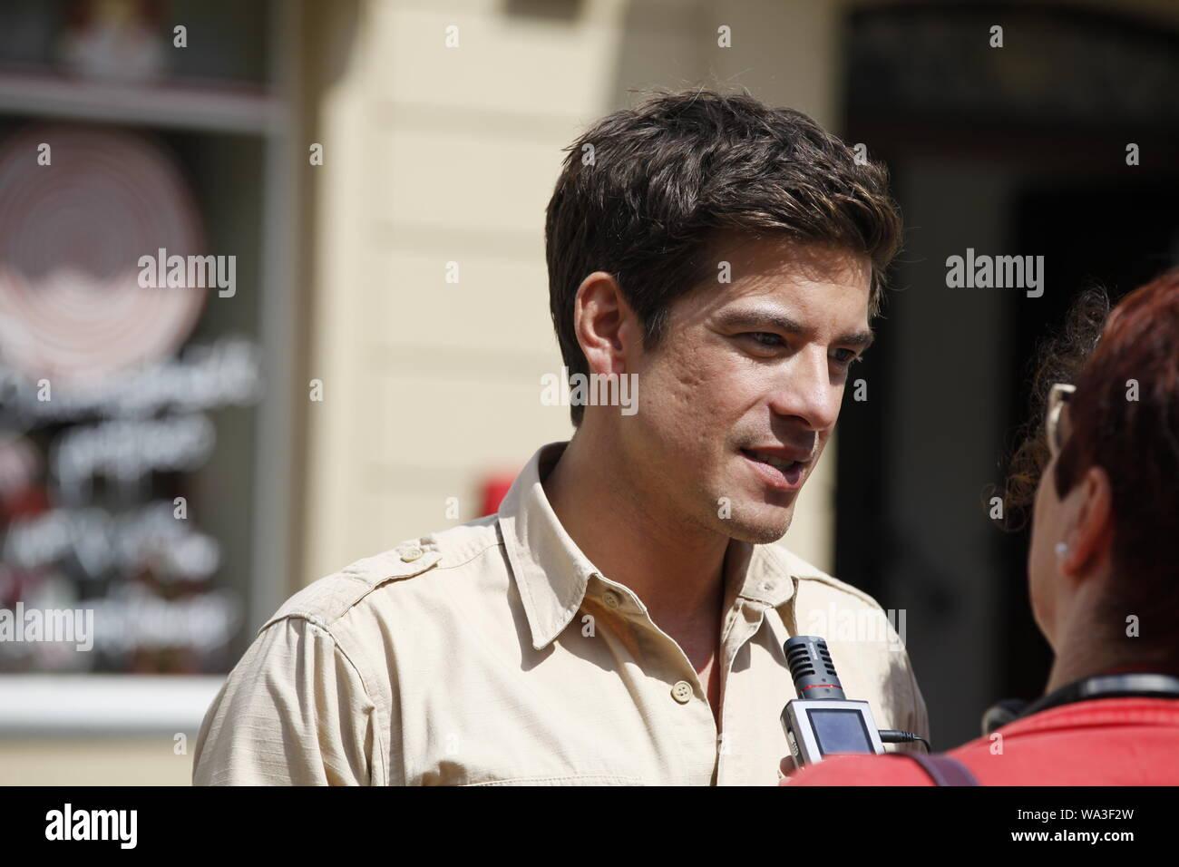 Philipp Danne Am Set Des Fernsehfilms Der Ranger Paradies Heimat Auf Dem Marktplatz Stadt Wehlen 14 08 2019 Photo Stock Alamy