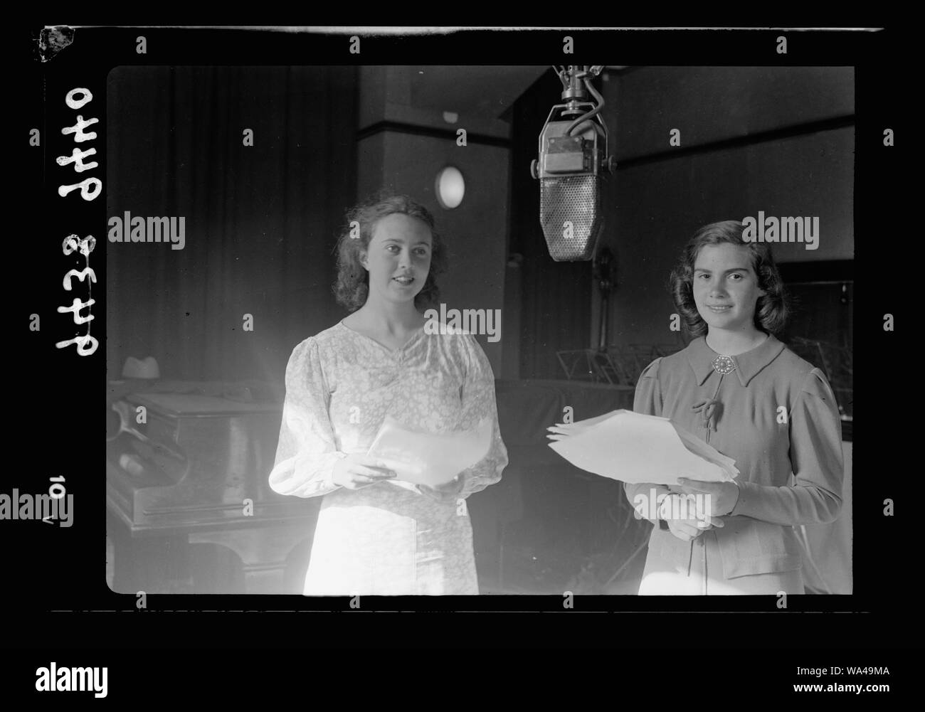 Studio de radiodiffusion. French Children's Hour, célèbre son 3e anniversaire. Fran & Lizy dans le Pêcheur de Rêves Banque D'Images