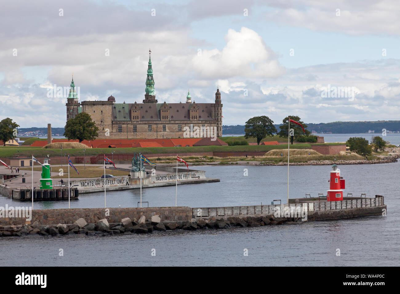 Château de Kronborg sur le point de Kronborg au Sound Øresund, entrée à Elsinore, Helsingør, port. Suède en distance. Un matin d'été. Banque D'Images