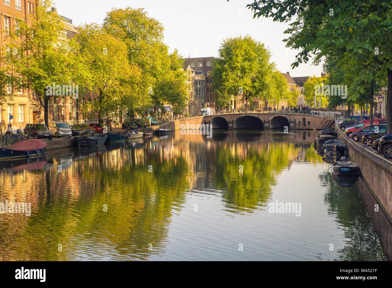 AMSTERDAM, Pays-Bas - 1 septembre 2018: vue sur le canal, pont et l'architecture dans cette scène de la ville d'Amsterdam Banque D'Images
