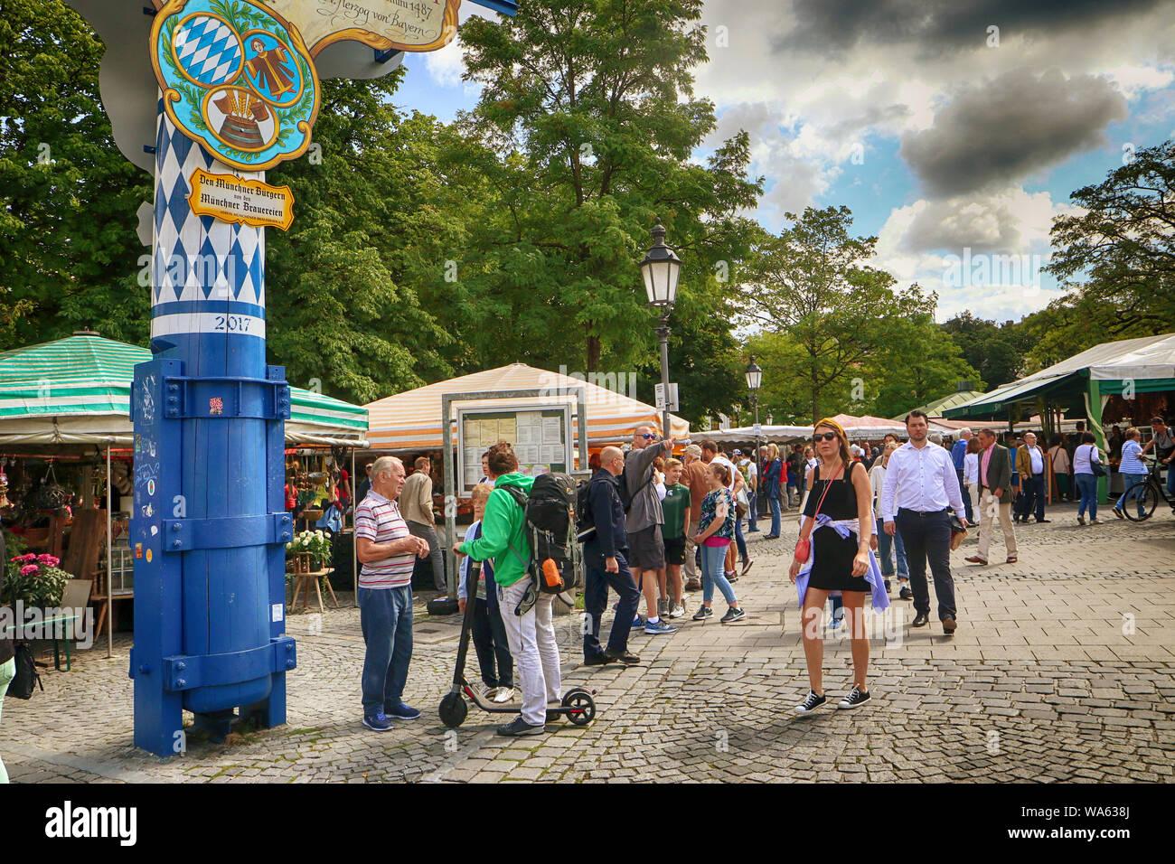 MUNICH, ALLEMAGNE - le 16 août 2019 des acheteurs locaux et touristes se mêlent ensemble au Viktualienmarkt, le marché en plein air de l'alimentation et de délicatesse à Munich: Banque D'Images