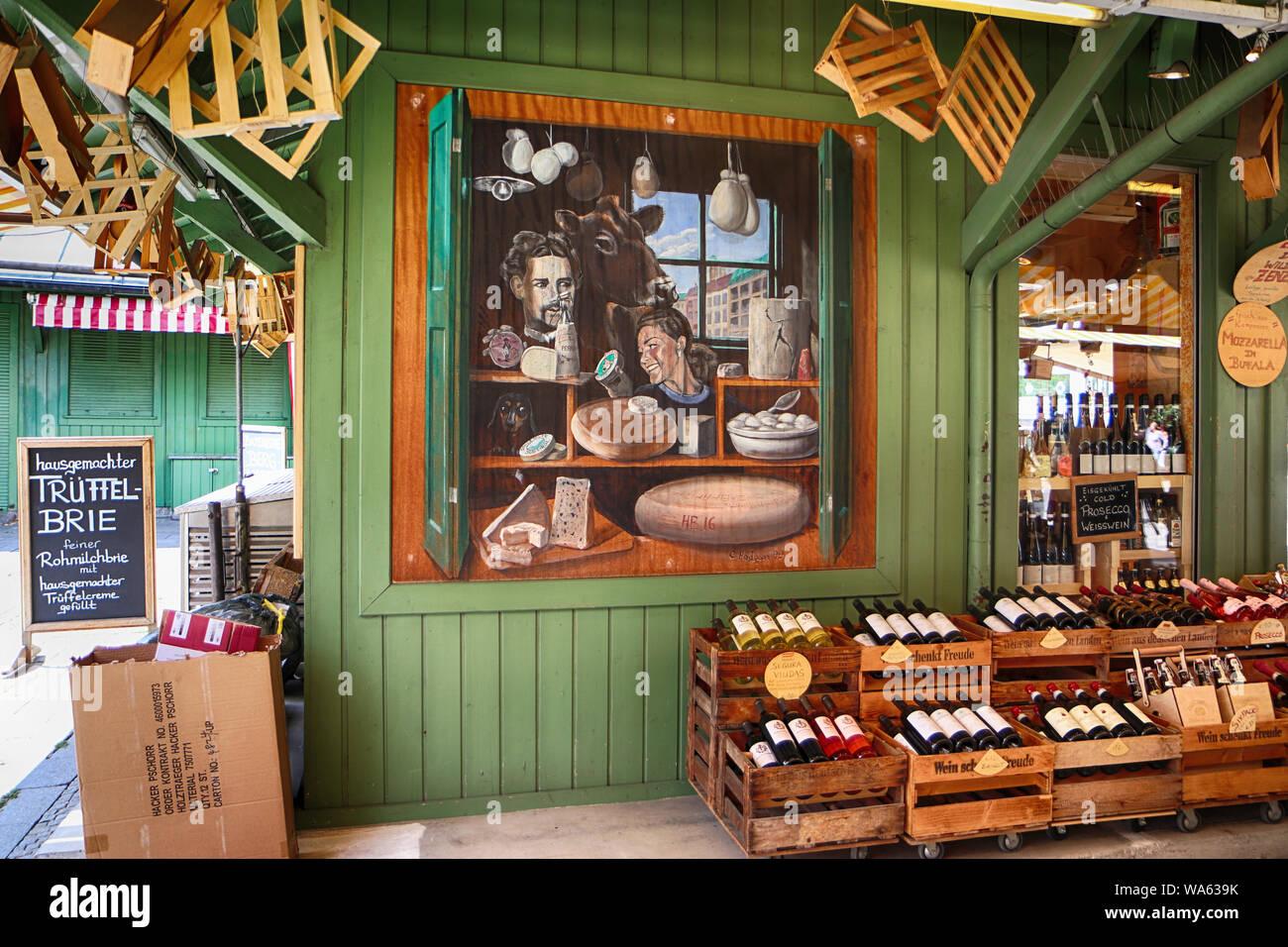 MUNICH, ALLEMAGNE- le 16 août 2019, Gourmet food and wine shop propose des spécialités internationales et bavaroises au fromage, Viktualienmarkt Munich vue f Banque D'Images
