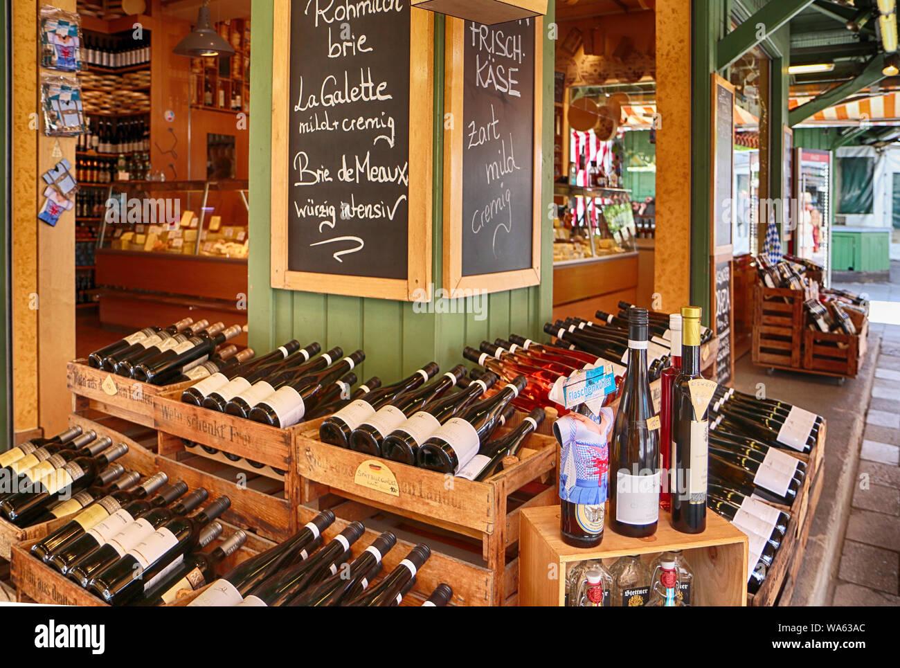 MUNICH, ALLEMAGNE- le 16 août 2019, Gourmet food and wine shop propose des spécialités internationales à Munich Viktualienmarkt, monument pour les acheteurs locaux et Banque D'Images