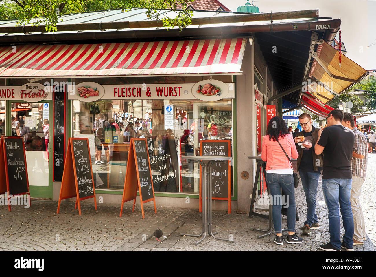 MUNICH, ALLEMAGNE- le 16 août 2019, au snack-bar propose des spécialités de saucisses bavaroises Viktualienmarkt pour un déjeuner rapide Banque D'Images