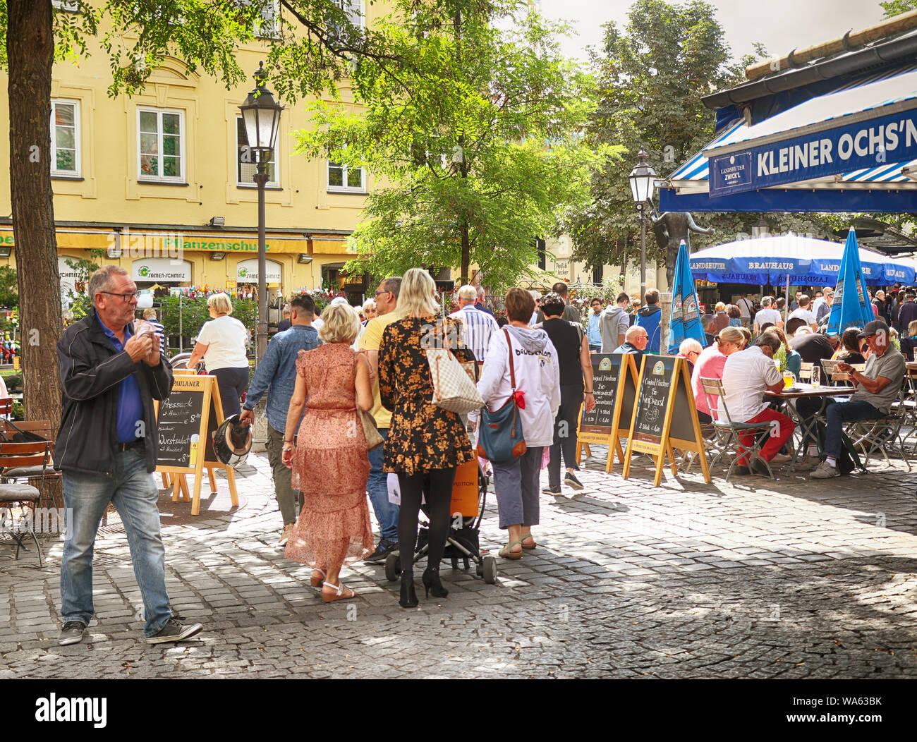 MUNICH, ALLEMAGNE - le 16 août 2019 des acheteurs locaux et touristes se mêlent ensemble au Viktualienmarkt, café en plein air et le marché en plein air de l'alimentation et de delic Banque D'Images
