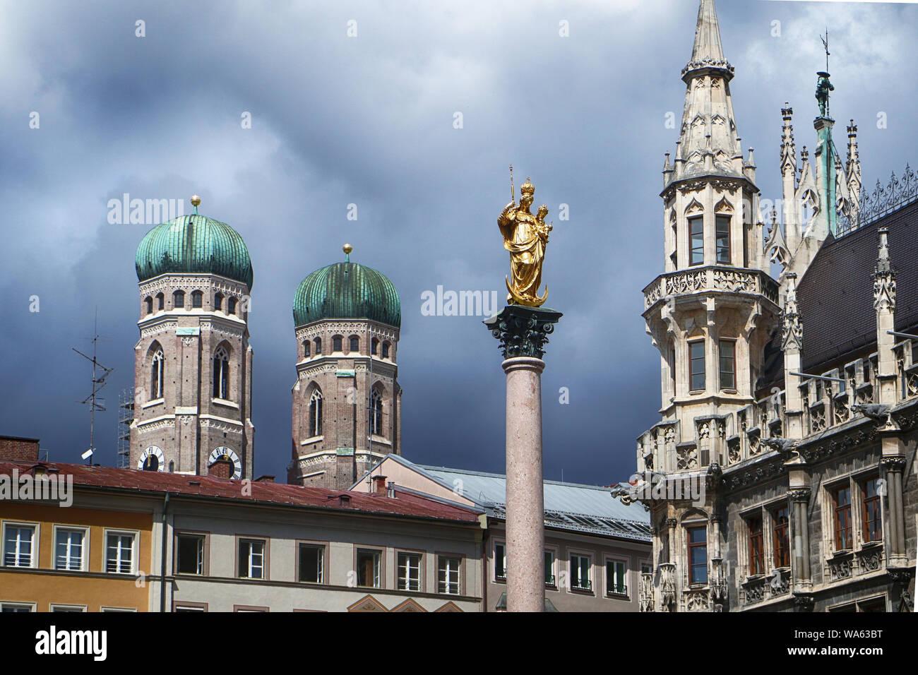Munich, Allemagne - vue sur l'horloge tours de la cathédrale Frauenkirche, Munich, l'apogée de la nouvelle mairie gothique et au premier plan le rendez-vous Banque D'Images