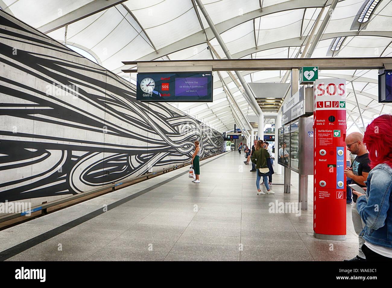 MUNICH, ALLEMAGNE - le 16 août 2019, la station de métro de Munich-Froettmaning près d'Allianz Arena est un important point de rencontre pour les amateurs de football Banque D'Images