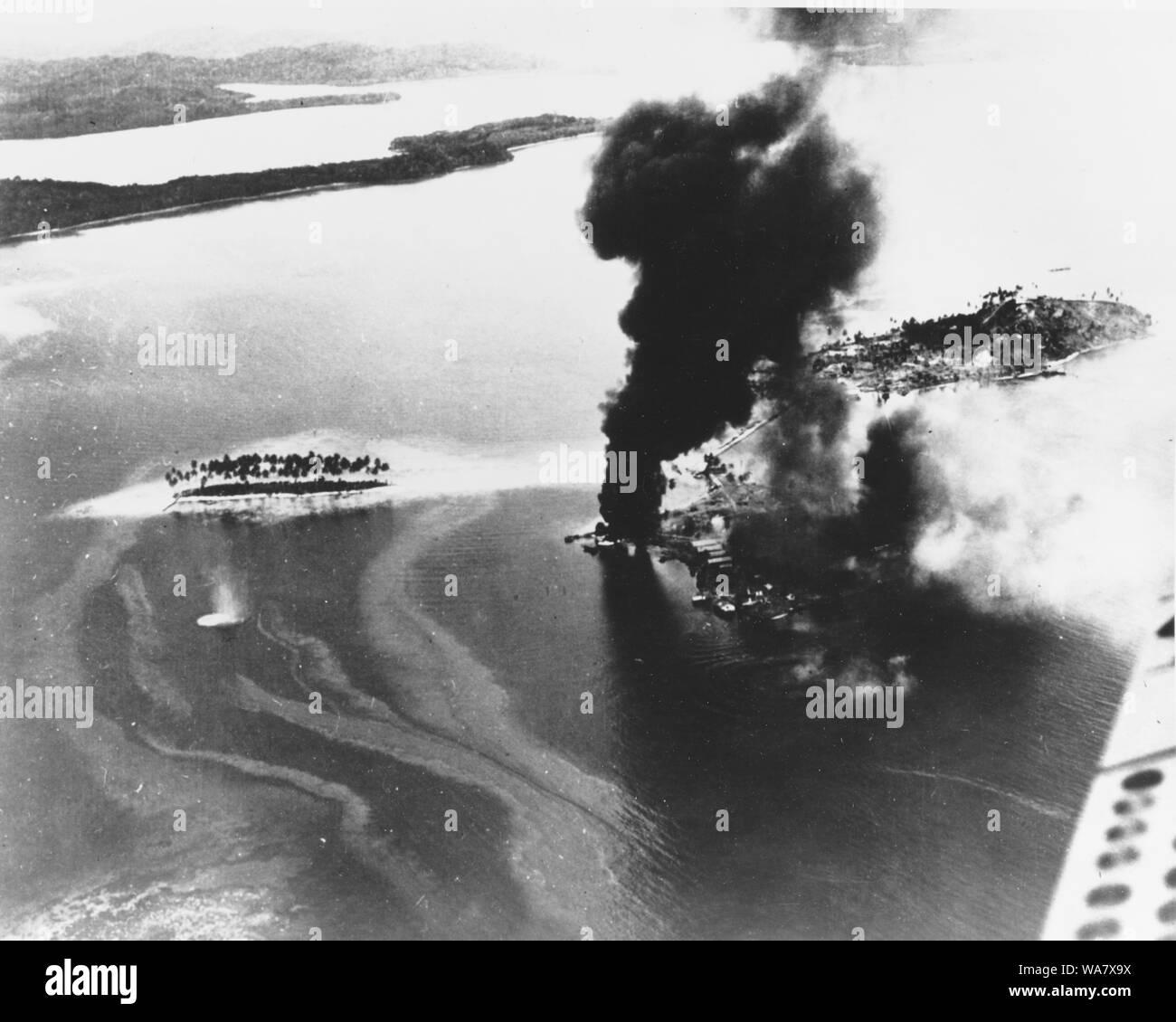 Guadalcanal-Tulagi les débarquements, 7-9 août 1942 installations japonaises sur la combustion, à l'Est de l'île de Tanambogo Tulagi, le 7 août 1942, le premier jour de l'invasion. Cette opinion semble d'ESE, avec le droit à l'île de Gavutu, connecté à Tanambogo par une chaussée. Petite île à gauche. Dongbei est Banque D'Images