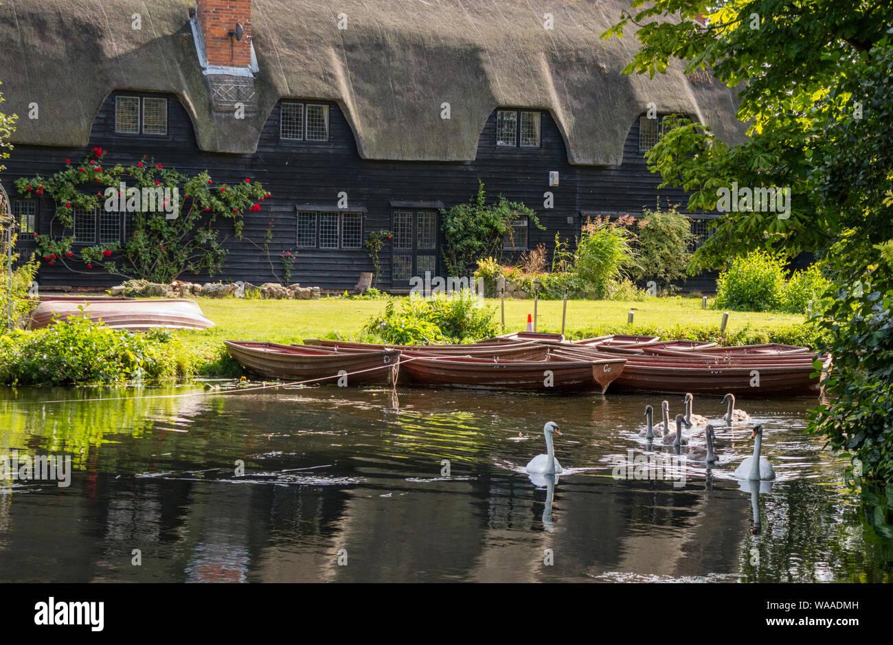 Barques sur la rivière Stour au National Trust's moulin de Flatford rendu célèbre par l'artiste John Constable 1776 -1837, Suffolk, Angleterre, RU Banque D'Images
