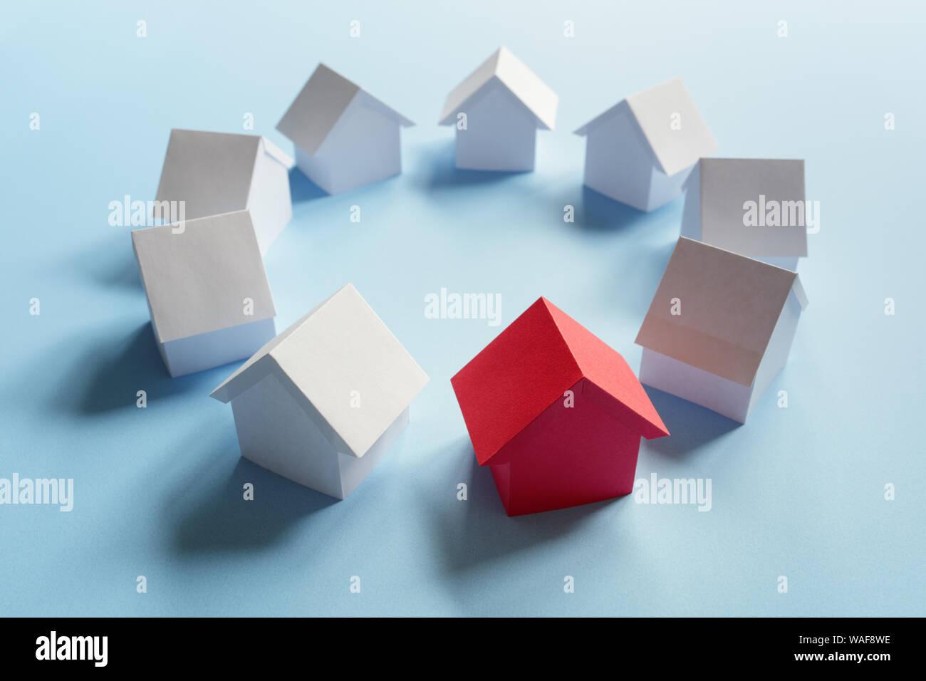 La recherche de biens immobiliers, maison ou nouvelle maison, maison rouge debout Banque D'Images