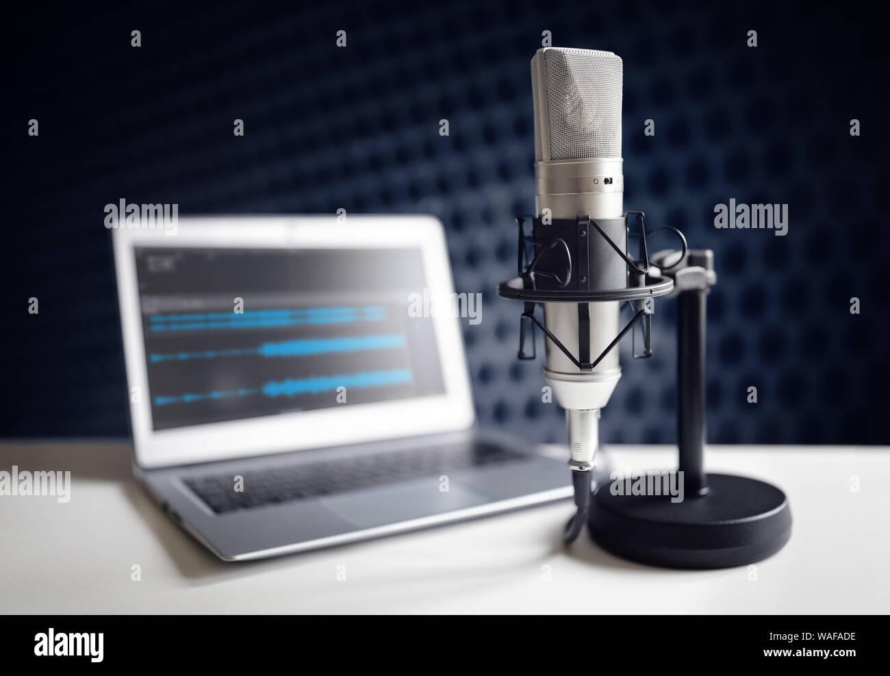 Microphone Podcast et un ordinateur portable sur un bureau en studio d'enregistrement Banque D'Images