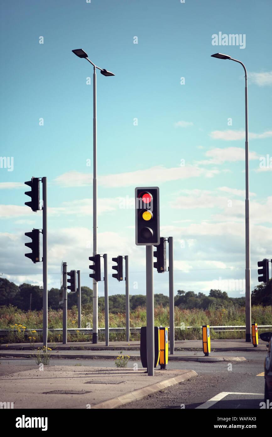 Les feux de circulation pour les voitures sur une route changeant de rouge orange au vert Banque D'Images